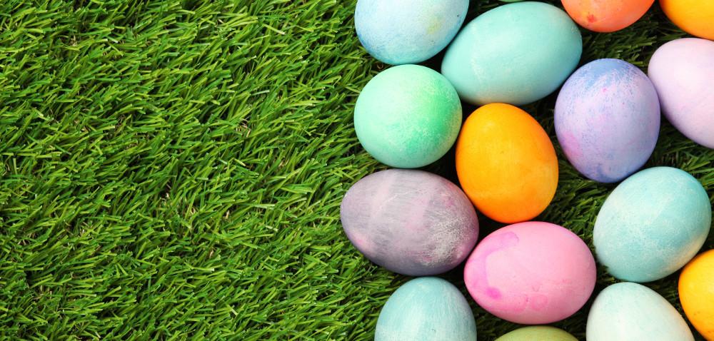 Czym naturalnie farbować jajka?