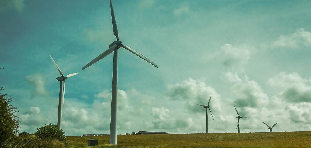 Farmy wiatraków: blisko czy daleko domów?