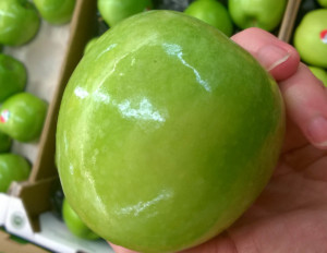 Włoskie jabłka zdyskontu intensywnie się świecą