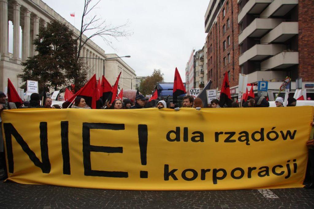 Uczestnicy protestu przeszli spod MRiRW pod Kancelarię Premiera. (fot. E. Ploplis)