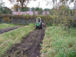 Szkoły rolnicze wwojewództwie zachodniopomorskim przygotowują swoich uczniów ido takich prac - Przygotowanie gleby pod uprawę sadu (fot. CEO Szczecin)