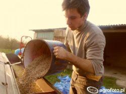 Młody rolnik wpracy