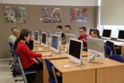 Uczniowie wsali informatycznej